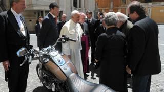 पोप को उपहार में मोटरसाइकिल देते अधिकारी