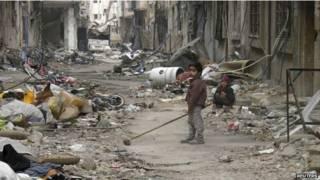 crianças brincam entre escombros | Reuters