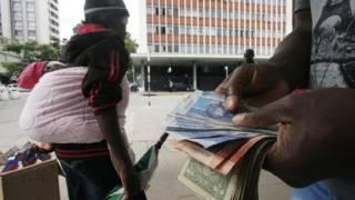 Hombre en Zimbabue contando dinero