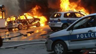 Autos incendiados en Sarajevo