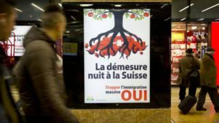Cartaz em estação de trem em Genebra do Partido Popular Suiço  (foto: AP)