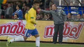 Felipão instrui jogadores durante amistoso (Arquivo/AP)