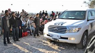 Civis aguardam veículo da ONU para saírem de Homs (AFP/Getty)