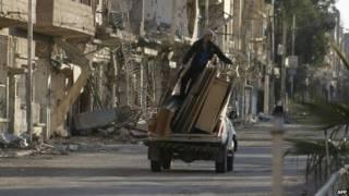 homem em cima de caminhão na Síria