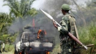 Mwanajeshi wa DRC atazama gari lao liloshambuliwa Kivu Kaskazini