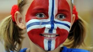 Menina com bandeira da Noruega pintada no rosto | Crédito: Getty