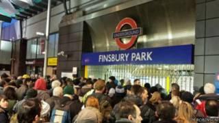 مواطنون يتزاحمون أمام شباك التذاكر في مترو انفاق لندن