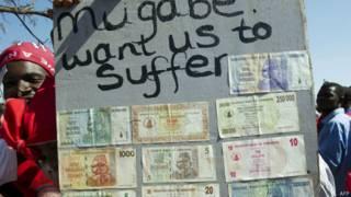 Notas de moeda zimbabuana, já fora de circulação