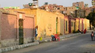 Al Qarafa, onde túmulos foram convertidos em casas (BBC Brasil)
