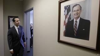 George P. Bush diante do quadro de seu avô, o ex-presidente George H. W. Bush (AP)