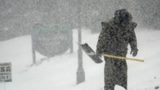 北卡羅萊納大學校工清理積雪(2014年2月12日)