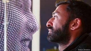 Асиф Хан лицом к лицу с 3D проекцией