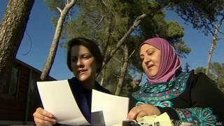 Ruth Ebenstein (esq.) e Ibtisam Erekat conversam (BBC)