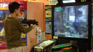 Menino jogando videogame | Crédito: BBC
