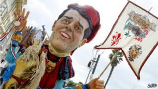 Figura gigante de Renzi en el carnaval italiano