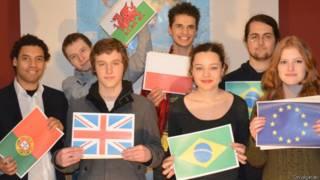 Rafael e Samanta (com bandeira do Brasil) entre os demais participantes do projeto (Divulgação)