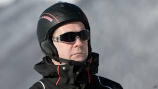 Дмитрий Медведев готовится съехать на лыжах с горы
