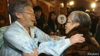 التقى مئات الكوريين بأقاربهم وذويهم للمرة الأولى منذ عقود، في إطار اتفاق لم شمل الأسر التي فرقتها الحرب الكورية.