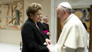 Dilma Rousseff encontra o papa Francisco (foto: AP)