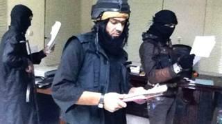 रमादी में एक सरकारी दफ़्तर की तलाशी लेते चरमपंथी