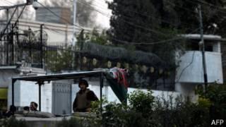 نگهبانی در مقابل کنسولگری ایران در پیشاور