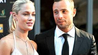 Oscar Pistorius junto a su novia Reeva Steenkamp