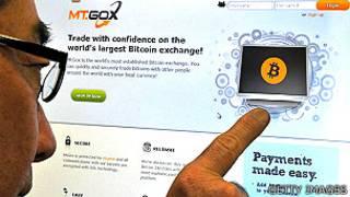 Usuario mirando al sitio de Mt. Gox de intercambio de bitcoins