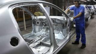 Trabalhador em fábrica de carros. Foto: AP