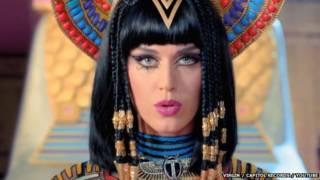 """اتهم مسلمون المغنية الأمريكية كاتي بيري بـ """"الإساءة للذات الإلهية"""" في أغنيتها الجديدة """"الحصان الأسود""""."""