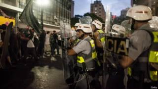 Policiais e manifestantes entram em confronto em São Paulo (foto: Getty)