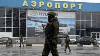 Tropas não identificadas invadiram aeroporto da Crimeia (foto: AFP)