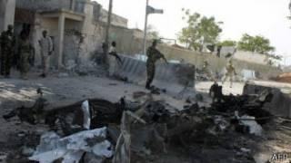 بقايا تفجير سيارة في القصر الرئاسي مقديشو