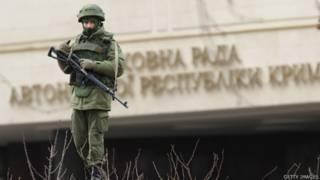 Homem armado na Assembleia da Crimeia. Foto: Getty
