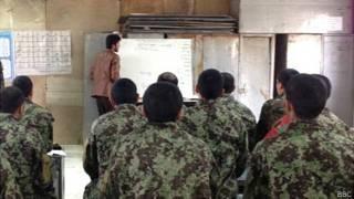 Curso de alfabetização para soldados em Cabul | Foto: Tahir Qadiry/BBC