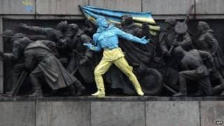 Monumento soviético modificado em Sófia | Foto: AFP
