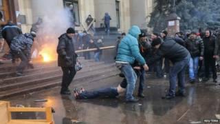 烏克蘭哈爾基夫親俄示威者與過度政府支持者在市中心衝突(1/3/2014)