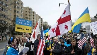 यूक्रेन में रूस का विरोध करते लोग.