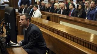 العداء الأولمبي الجنوب أفريقي أوسكار بيستوريوس في قاعة المحكمة