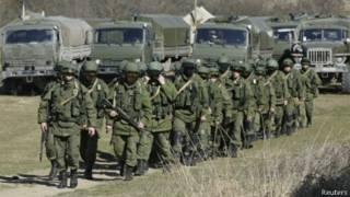 Военные, предположительно российские, возле украинской воинской части в окрестностях Симферополя 3 марта 2014 г.