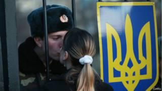 Военный целует девушку
