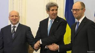 John Kerry con Alexander Turchínov (izq.) ay Arseniy Yatsenyuk