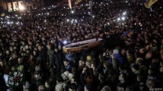 Người biểu tình với quan tài ở Kiev hôm 21/2