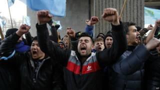 Крымские татары в Симферополе протестуют против местных властей и поддерживают новое правительство в Киеве (фото 26 февраля 2014 года)