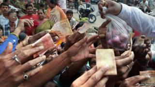 भारत  में प्याज़ खरीदते लोग