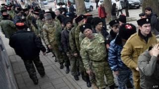 Пророссийские добровольцы у здания ВС Крыма
