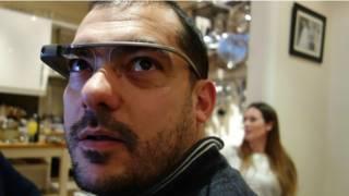 Hombre probando las gafas de Google