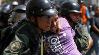 Forças de segurança da Venezuela prendem manifestante (foto: Reuters)