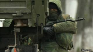 Росія наполягає, що її військових немає у Криму. Бійців без розпізнавальних знаків називають самообороною
