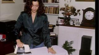 Mulher passa roupas (foto: BBC)