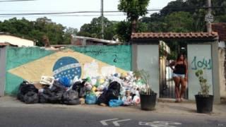Lixo à espera de coleta no Rio de Janeiro (foto: BBC)